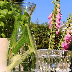 Zomers Sapje: Smaakvol Water Vol Komkommer En Basilicum